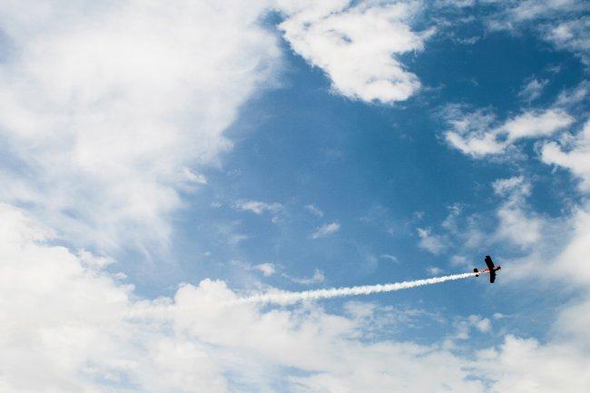Старый самолет в небе