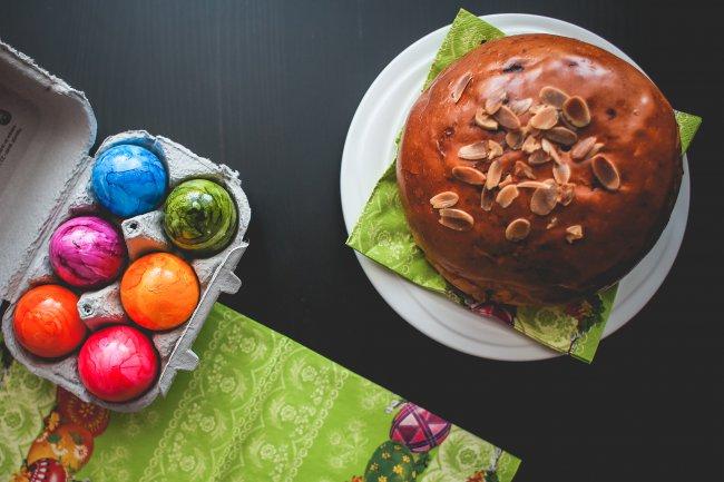 Кулич и красочные яйца