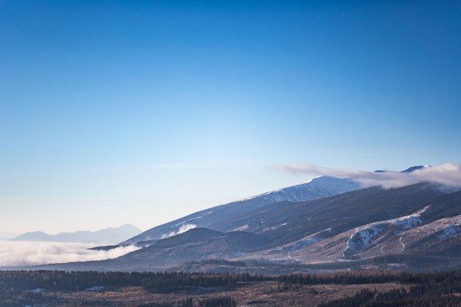 Зимние горы и ярко-синее небо