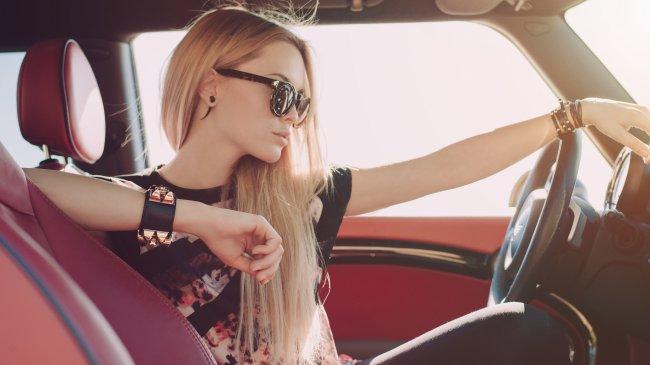 Блондинка за рулем Mini Cooper