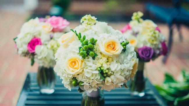 Букеты гортензий и роз