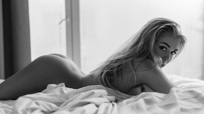 Обнаженная красотка в постели