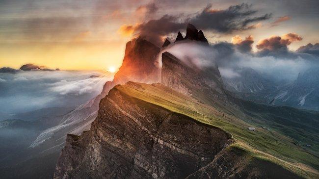 Облака над вечерними доломитовыми Альпами, Италия