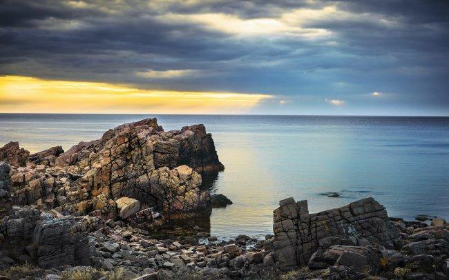 Скалистый берег природного заповедника Ховс Халлар, Швеция