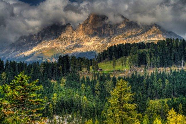 Домик у подножья горы