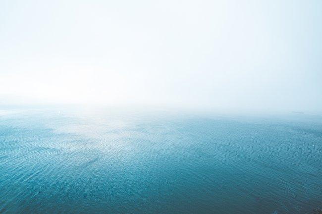 Синий бесконечный океан в тумане