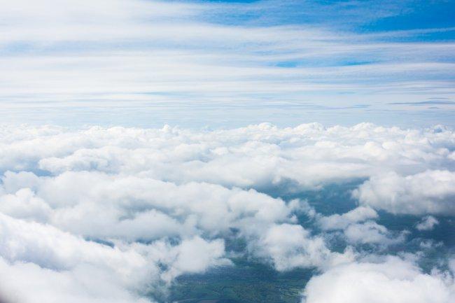 Облака из окна самолета
