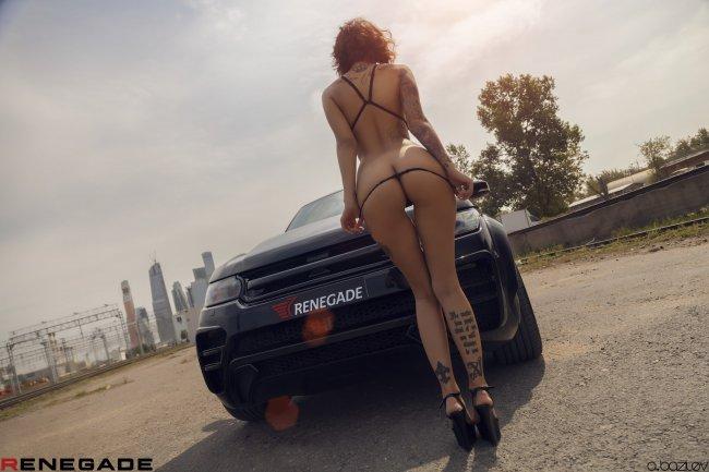 Стройная девушка с красивой фигурой стоит у авто