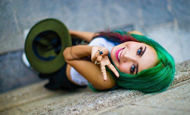 Девушка с зелёными волосами