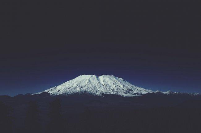Снежная гора ночью