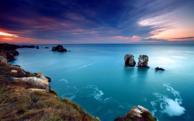Закат в небе над лазурным морем