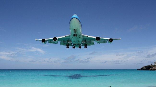 Boeing 747 заходит на посадку