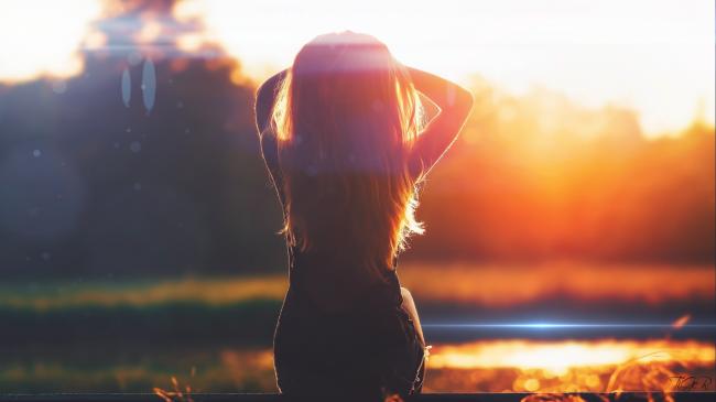 Девушка освещенная солнечными лучами