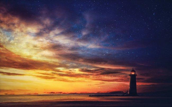 Маяк у моря под вечернем небом