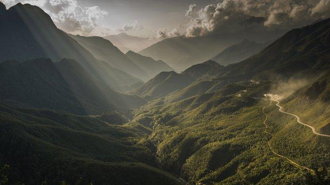 Солнечные лучи над горным ущельем