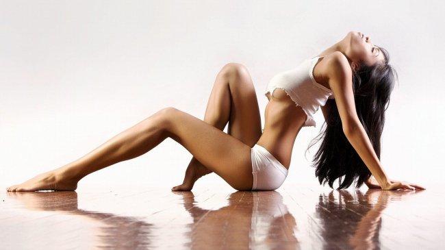 Сексуальная брюнетка на полу