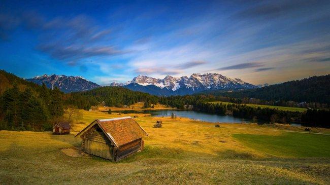Деревянные дома с видом на Кальковые альпы, Германия
