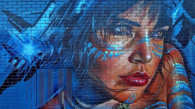 Портрет девушки. Графити на стене дома.