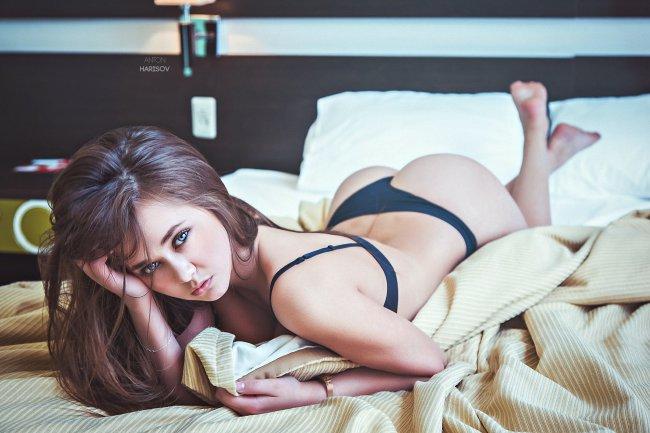 Брюнетка в постели