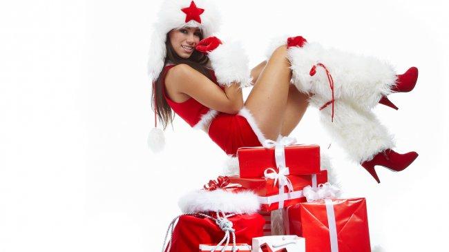 Девушка сидит на куче новогодних подарков