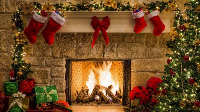 Горящий камин в рождественскую ночь