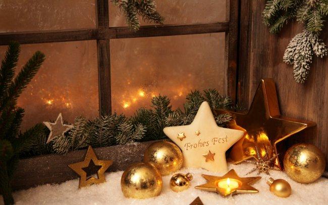 Новогодние игрушки у заснеженного окна