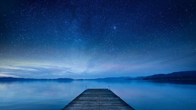 Деревянный пирс под ночным небом