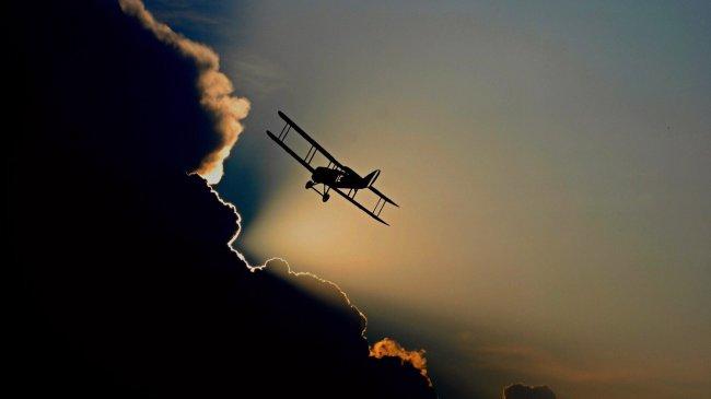 Силуэт самлета летящего в облака