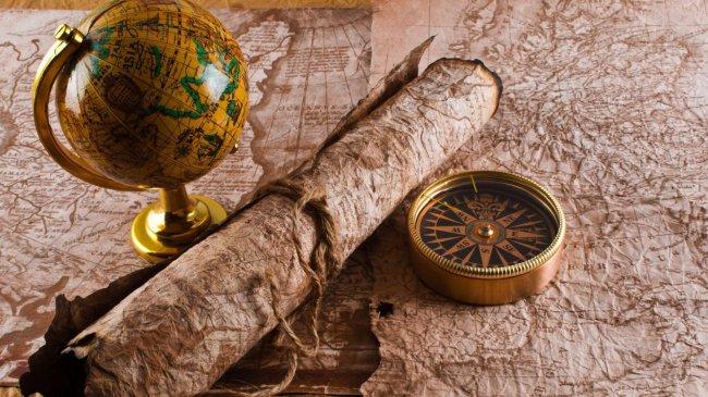 На карте глобус, компас и старинная карта