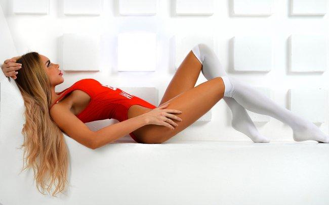 Девушка позирует в красном боди