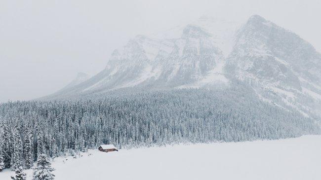 Домик у подножия горы