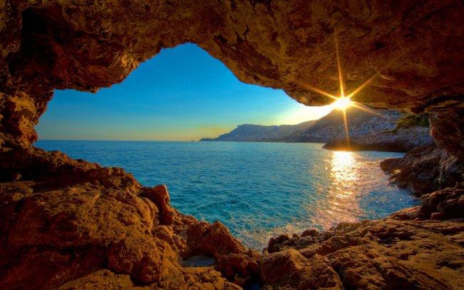 Вид на закат из пещеры