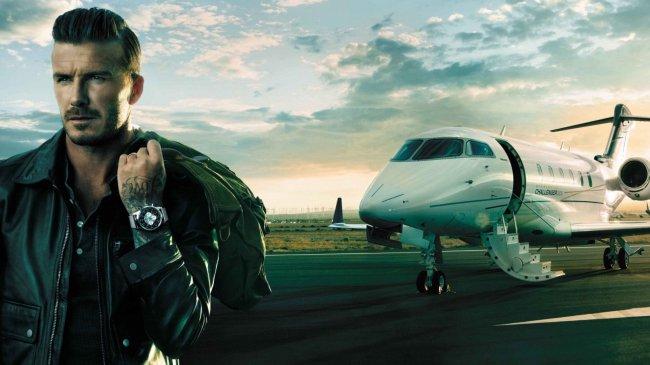 Дэвид Бекхэм на фоне самолета