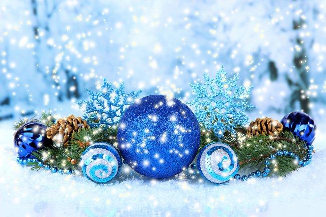 Елочные украшения в снегу