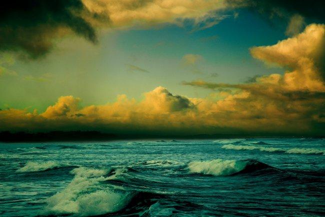 Бурное море на заходе солнца