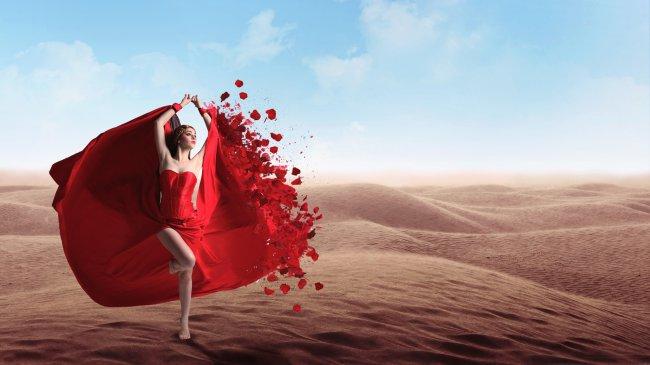 Девушка в красном платье среди песков