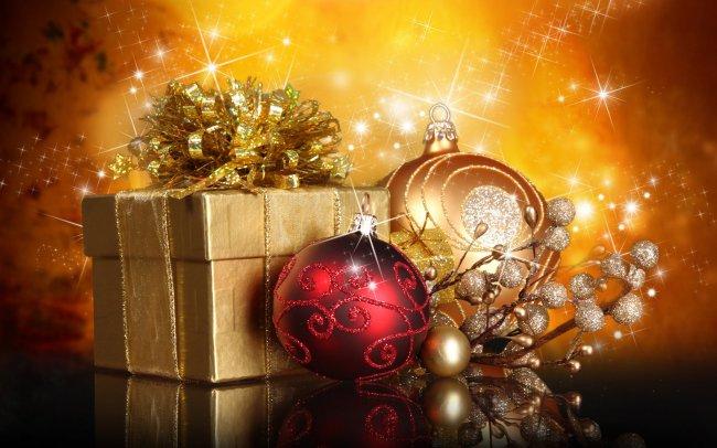 Новогодний подарок и елочные украшения