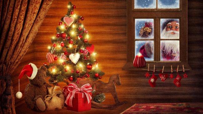 Дед Мороз заглядывает в окно
