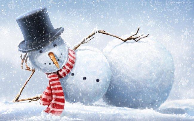 Снеговик лежит на снегу