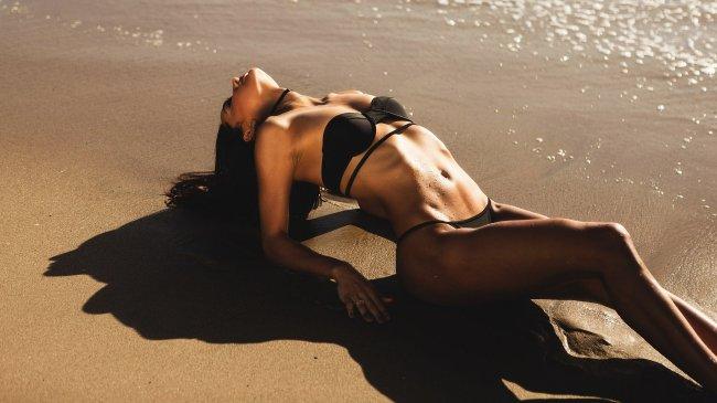 Девушка позирует на пляже