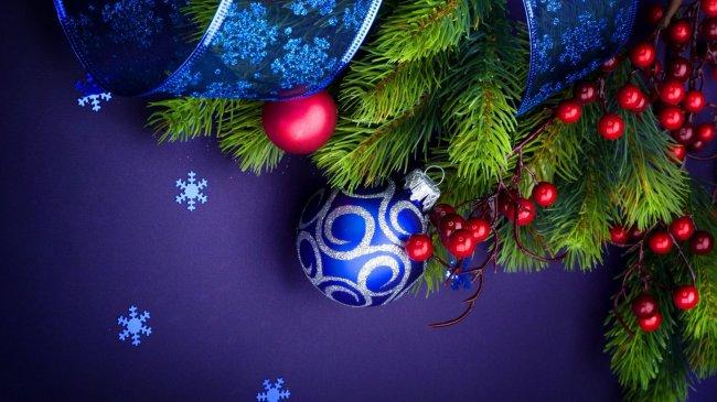 Ветки ели украшенные новогодними игрушками