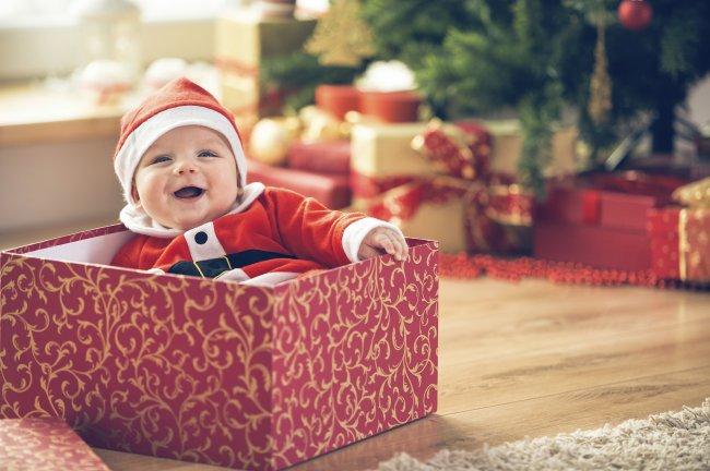 Ребенок в подарочной коробке