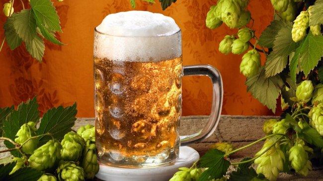 Бокал светлого пива с пеной