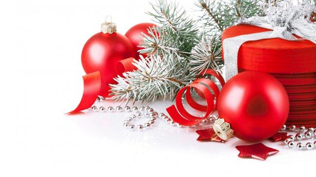 Новогодний подарок и игрушки под ёлкой