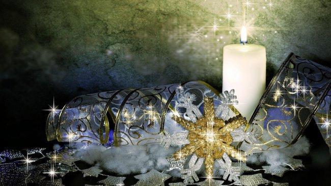 Новогодняя свеча горит