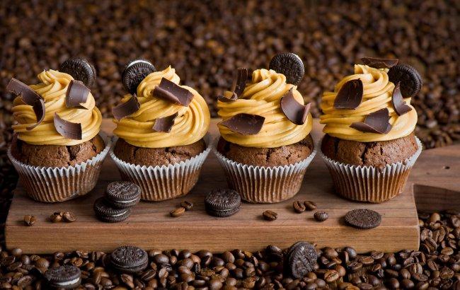 Шоколадные маффины и рассыпанное кофе в зернах