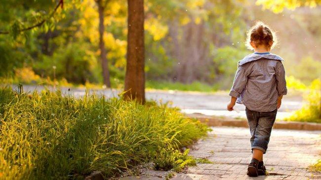 Девочка идущая по тропинке