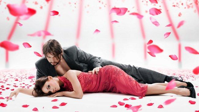 Он и она лежат среди лепестков роз