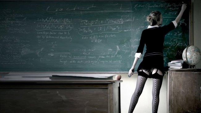 Школьная учительница в эротических чулках пишет задание на доске