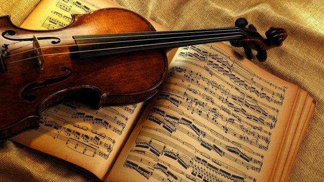 Скрипка рядом с нотной тетрадью